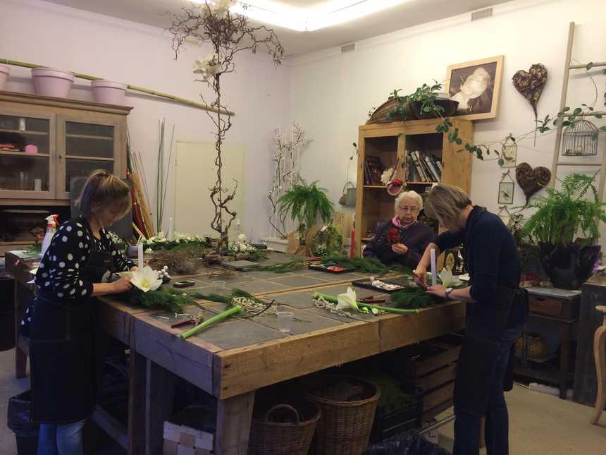 Les élèves d'Estelle Meunier travaillent sur leur composition florale © Radio France